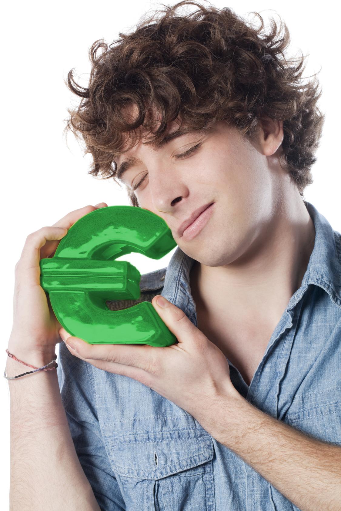 Obrisi momka koji drži zagrljen logo eura.