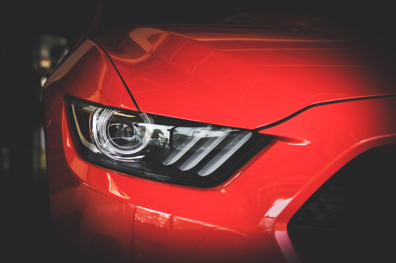 Desni žmigavac crvenog sportskog automobila